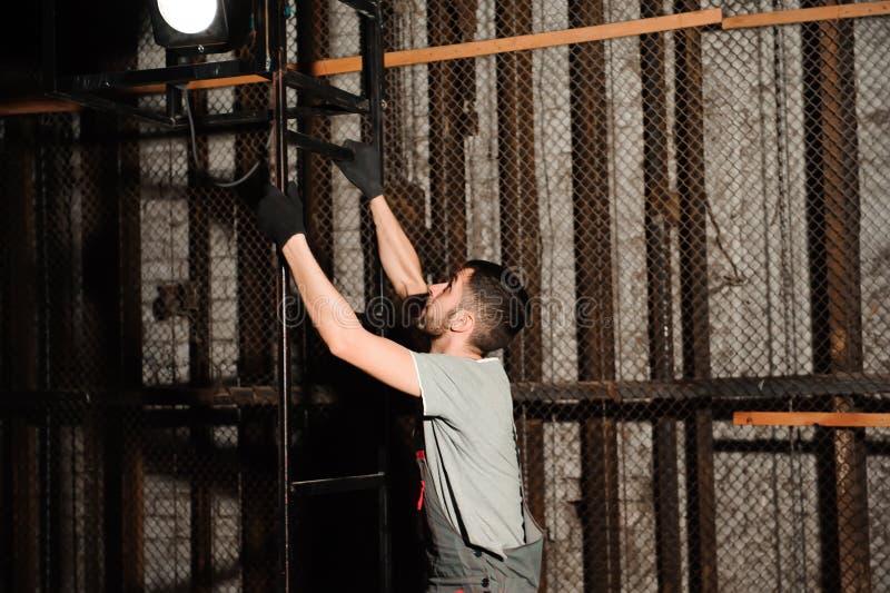 Инженер освещения регулирует света на этапе за кулисами стоковое изображение rf