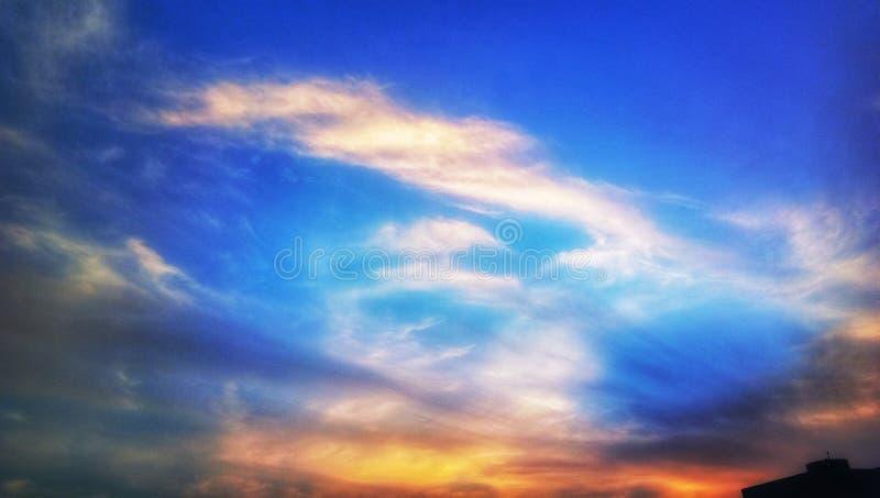 Индийское голубое небо с белыми облаками стоковые фото