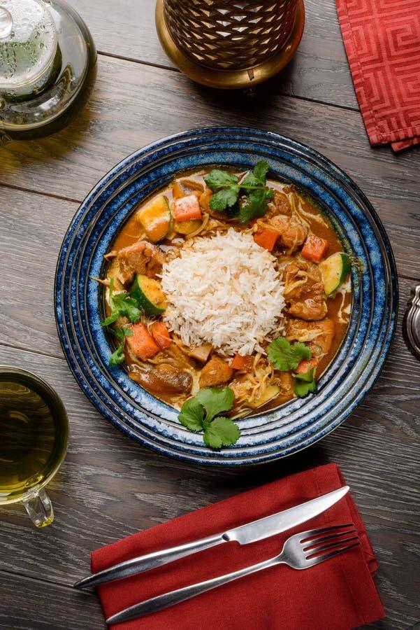 Индийское карри цыпленка с рисом стоковое фото rf
