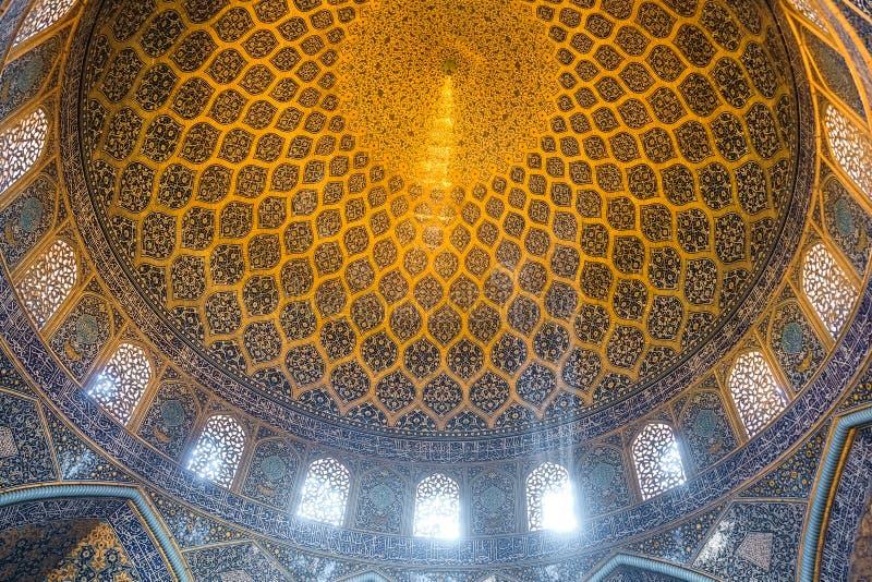Интерьер купола в шейхе Lotfollah Мечети Isfahan, Иран стоковые фотографии rf