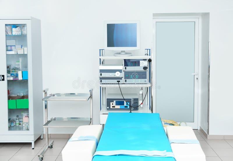 Интерьер диагностической комнаты с современным оборудованием стоковые изображения