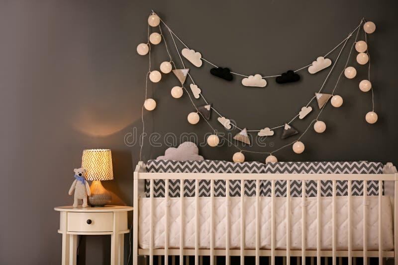 Интерьер спальни младенца со шпаргалкой стоковое фото