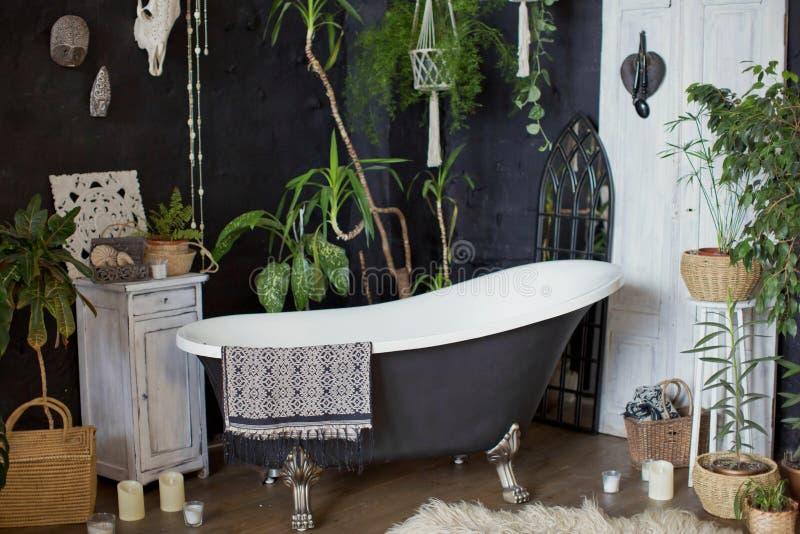 Интерьер Bathroom в тропическом стиле стоковое фото rf