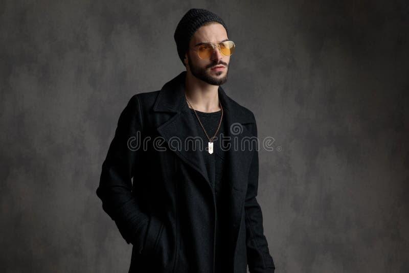 Интригуя тени человека нося стоковое изображение rf