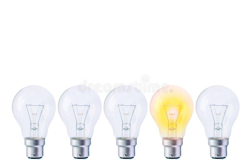 Идея или уникальность, концепция своеобычности, изображение строки электрической лампочки с одним отличающимся от другие стоковое изображение