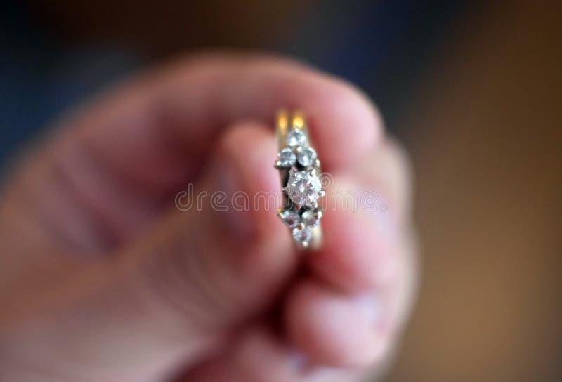 Исключительное кольцо с бриллиантом на диапазоне золота стоковые фото