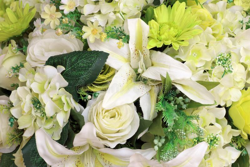 Искусственные цветки красивого букета пестротканые стоковая фотография rf