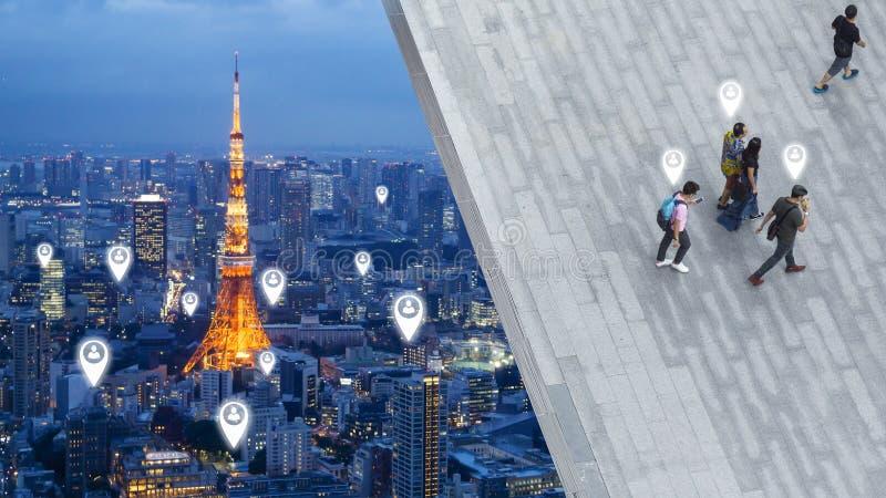Искусство концепции социальной сети соединяется в городе дела прогулки людей на мостовой от взгляда сверху, птице открытого прост стоковое фото