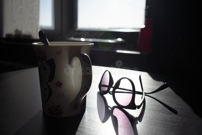 Испаряться кружка кофе со стеклами стоковое изображение