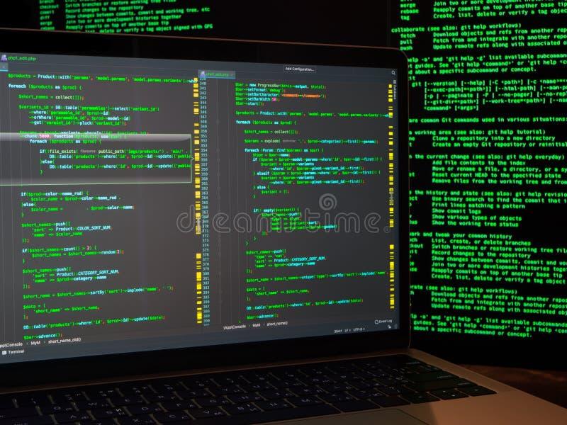 Используя злые код или программу вируса для нападения anonymus кибер на сервер Кража личных данных и преступление в компьютерной  стоковые изображения rf