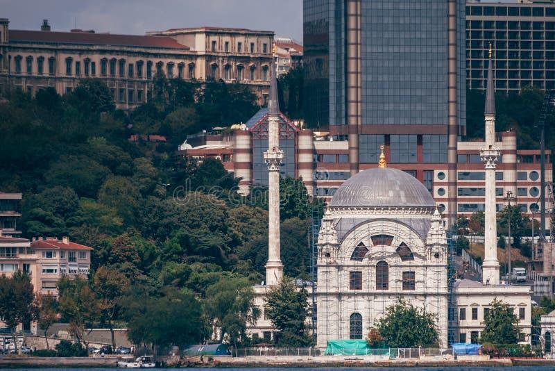 Историческая мечеть около моря в Стамбуле, Турции стоковые фото