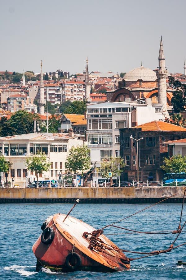 Историческая мечеть около моря в Стамбуле, Турции стоковые фотографии rf