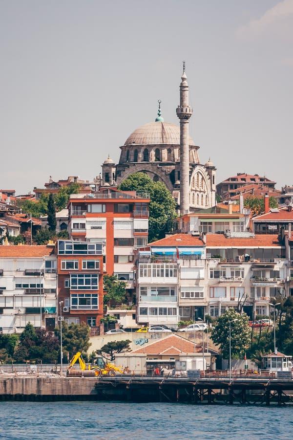 Историческая мечеть около моря в Стамбуле, Турции стоковое изображение