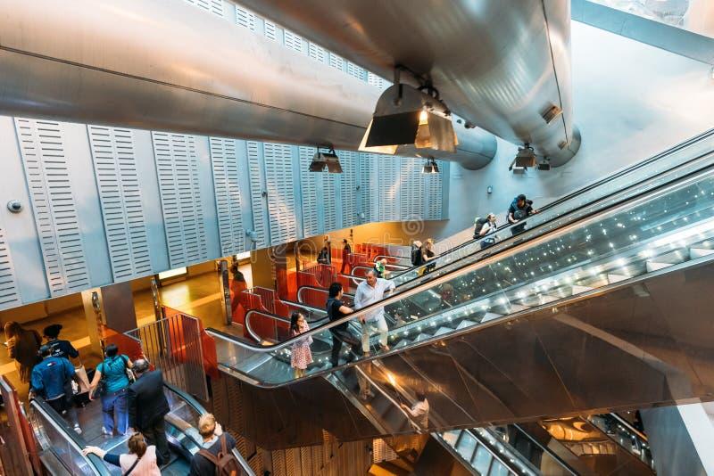 Италия naples Люди взбираются эскалатор на аркаде Неаполь Garibaldi станции метро стоковое изображение