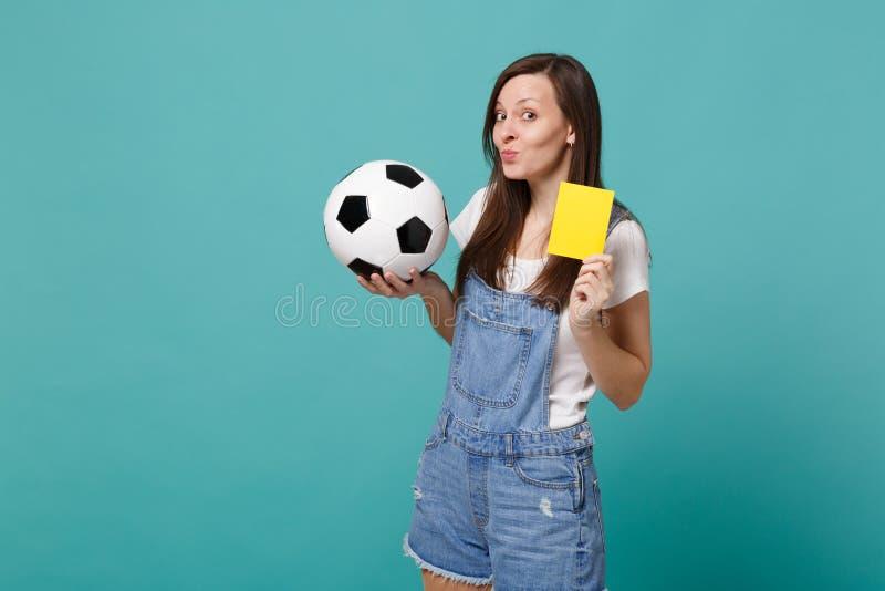 Каверзная группа обеспечения футбольного болельщика молодой женщины с футбольным мячом, желтой картой предложить игрока для того  стоковое фото rf