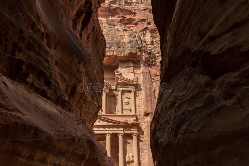 Казначейство на Petra, Джордан, осмотренном через siq стоковые изображения rf