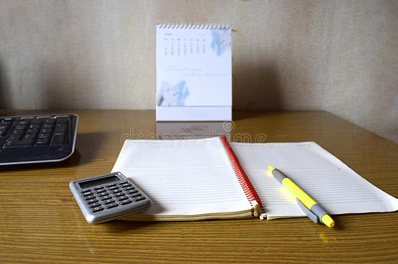 Калькулятор, тетрадь, ручка, календарь и клавиатура стоковая фотография