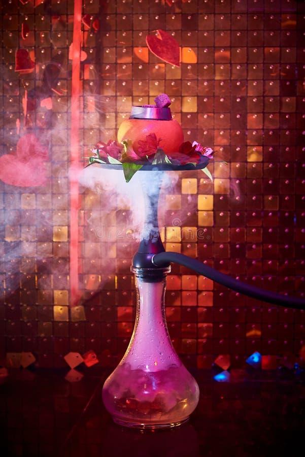 Кальян цитруса со свежими лилиями в облаке дыма стоковая фотография