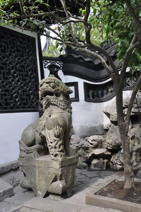 Каменная скульптура льва в известном дворе сада Yu в центре города Шанхая стоковые изображения rf