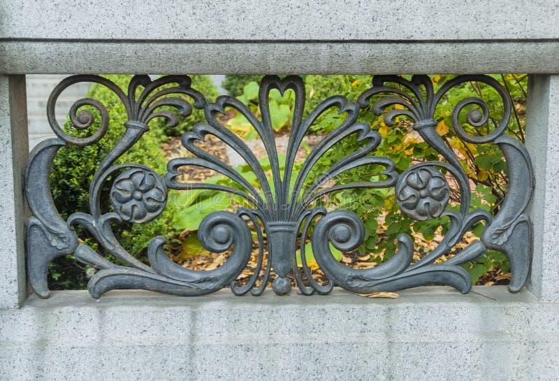 Каменная стена с чугунным флористическим дизайном стоковые изображения rf