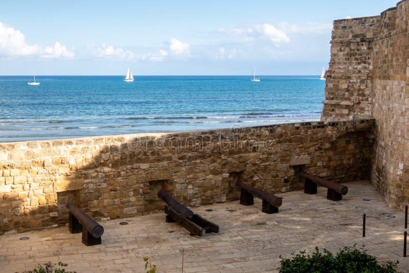 Каноны на замке Ларнаки, указывая на среднеземноморское побережье Ларнаку, Кипр стоковые фото