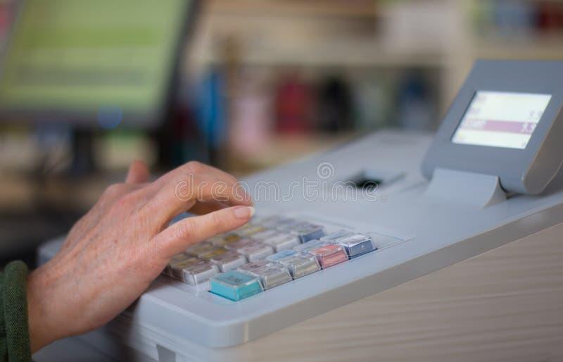 Кассовый аппарат в магазине стоковые изображения