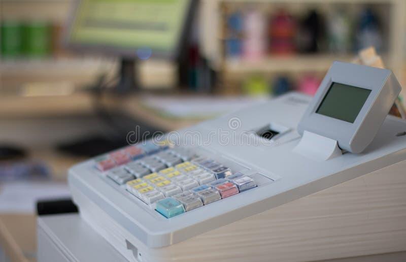 Кассовый аппарат в магазине стоковое изображение