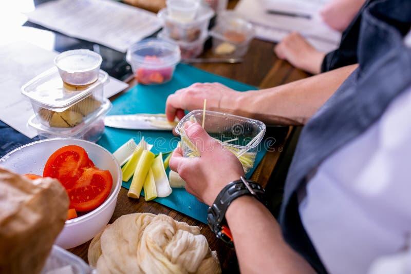кашевар режет лук-порей Мастерский класс в кухне Процесс варить Шаг за шагом консультационо Конец-вверх стоковые фото