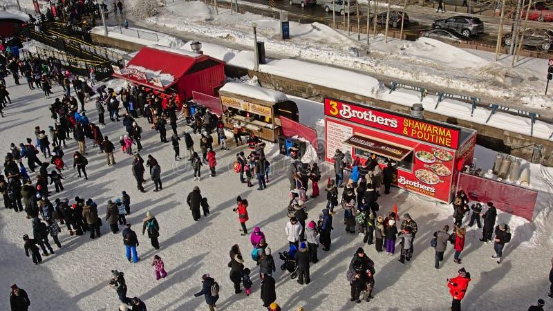 Катание на коньках много людей на канале rideau skateway во время фестиваля winterlude в Оттаве стоковые изображения