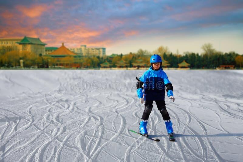 Катаясь на лыжах мальчик, Пекин стоковое фото