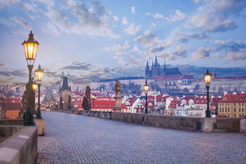 Карлов мост со статуями, башней Праги и замком Прага, Чешская Республика стоковая фотография rf
