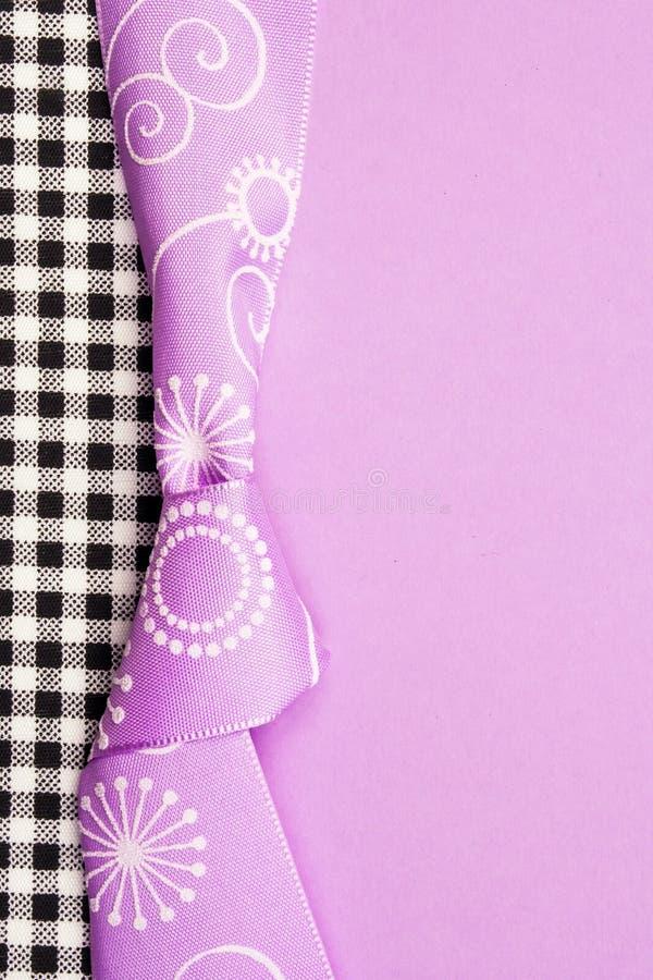 Карта подарка на день рождения с фиолетовым смычком и лента в середине украшения на черной и фиолетовой предпосылке стоковое изображение rf