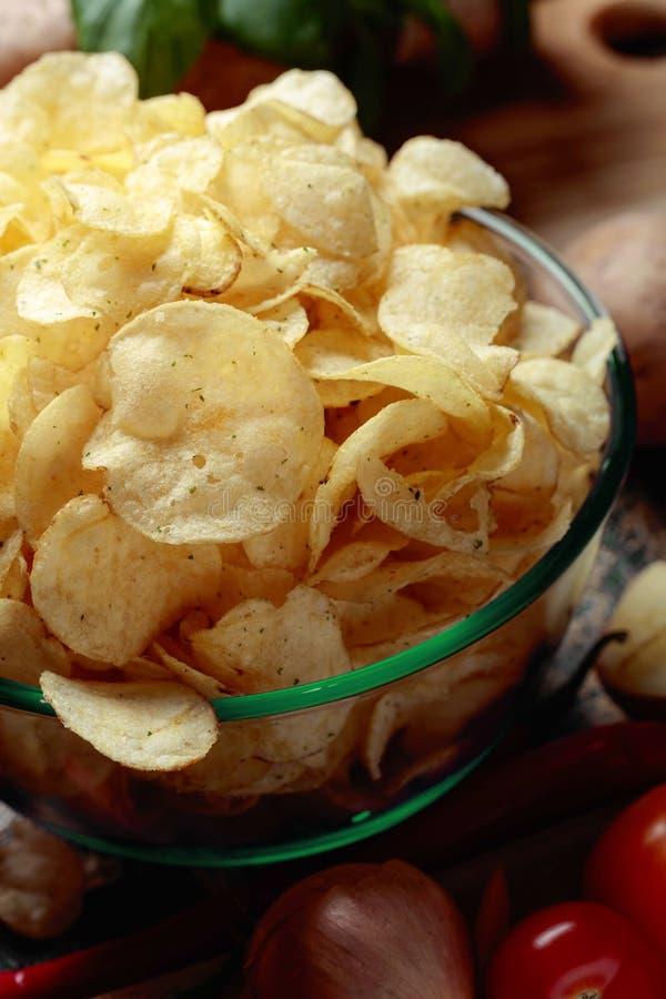 Картофельные чипсы с овощами и специями стоковые фотографии rf