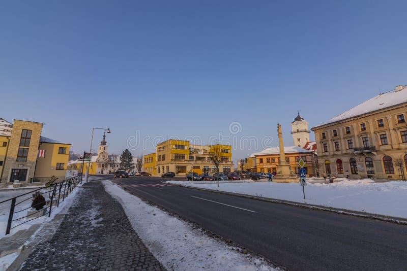Квадрат в городке Spisske Podhradie в утре зимы морозном солнечном стоковая фотография