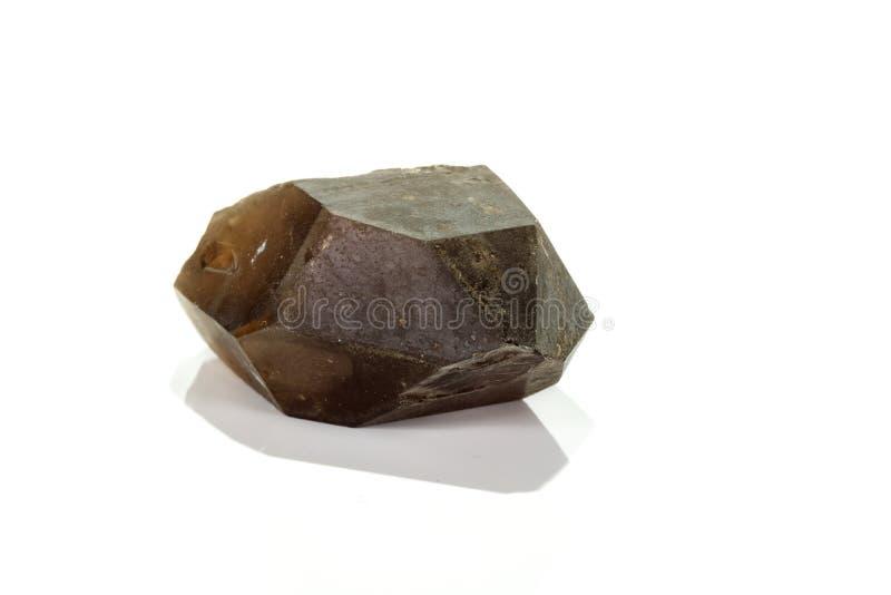 Кварц макроса минеральный каменный закоптелый, rauchtopaz на белой предпосылке стоковые фото