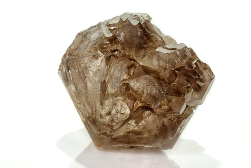 Кварц макроса минеральный каменный закоптелый, rauchtopaz на белой предпосылке стоковое изображение rf