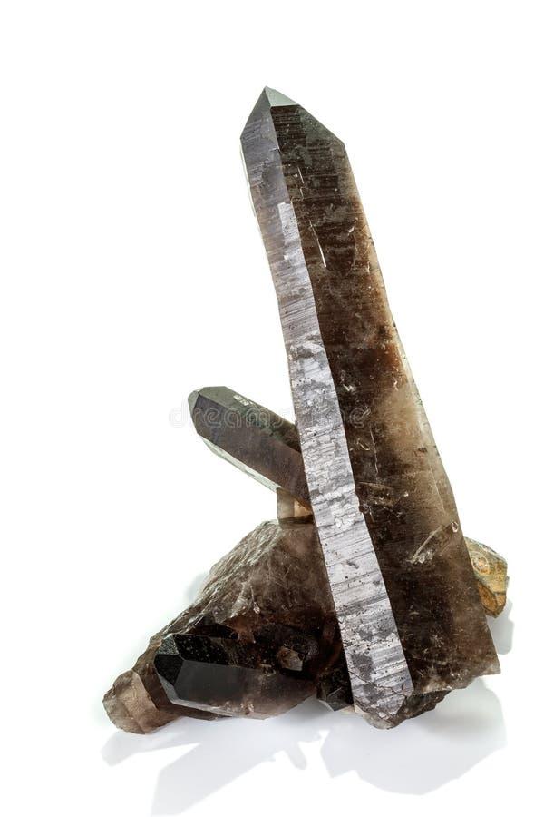 Кварц макроса минеральный каменный закоптелый, rauchtopaz на белой предпосылке стоковое изображение