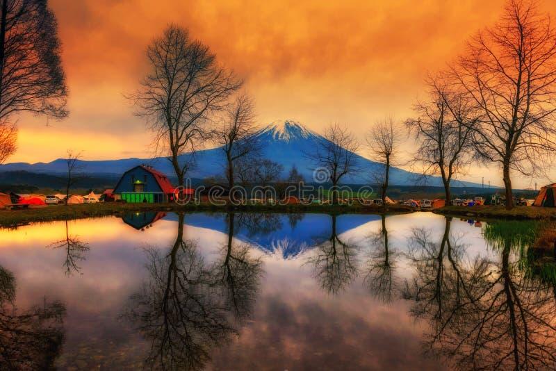кемпинг и Mount Fuji на восходе солнца стоковая фотография rf