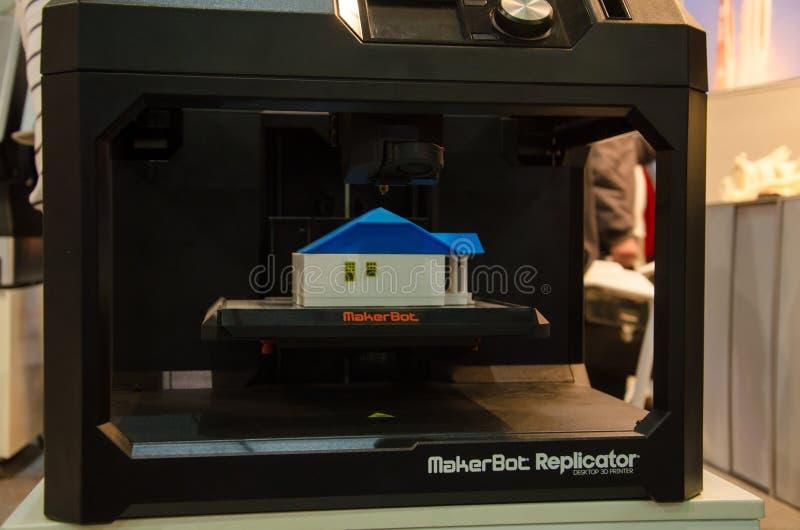 Киев, Украина - 4-ое апреля 2018: Принтер 3D MakerBot Replicator настольный стоковая фотография