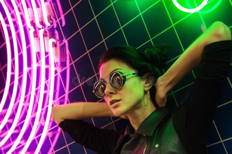 Кинематографический портрет ночи неоновых свет девушки и стоковая фотография