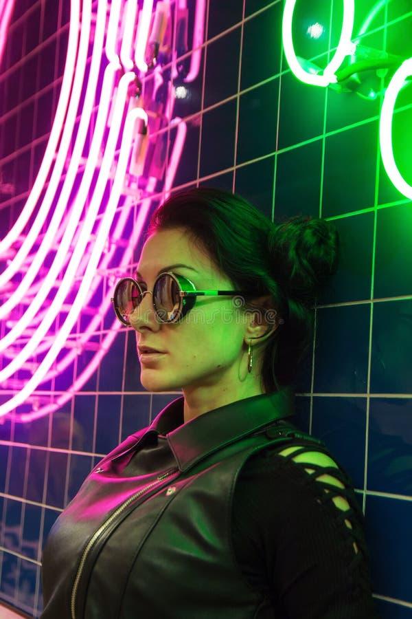 Кинематографический портрет ночи неоновых свет девушки и стоковое фото