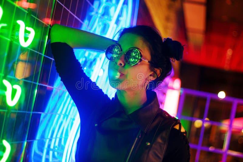 Кинематографический портрет ночи неоновых свет девушки и стоковые изображения