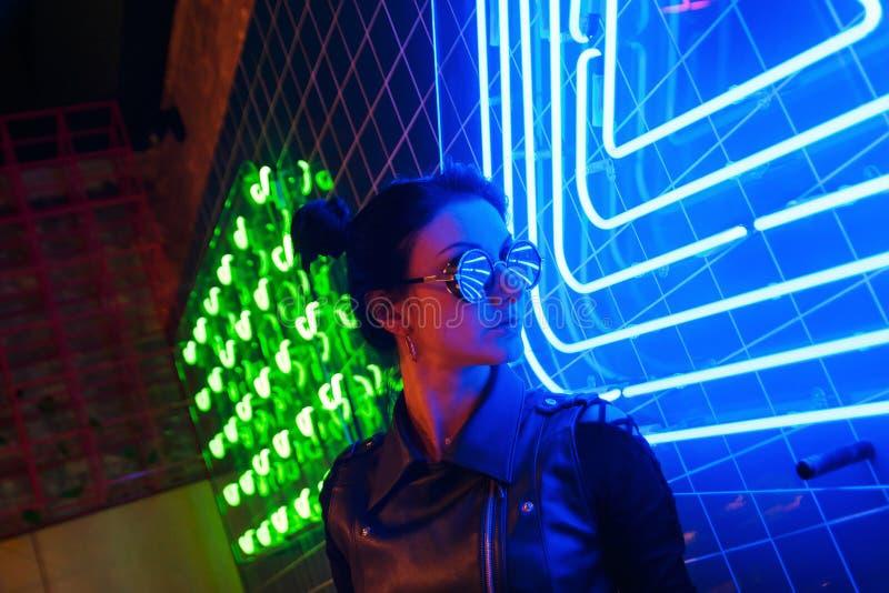 Кинематографический портрет ночи неоновых свет девушки и стоковые фотографии rf