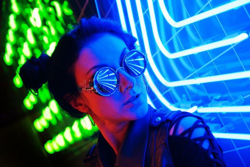 Кинематографический портрет ночи неоновых свет девушки и стоковое изображение