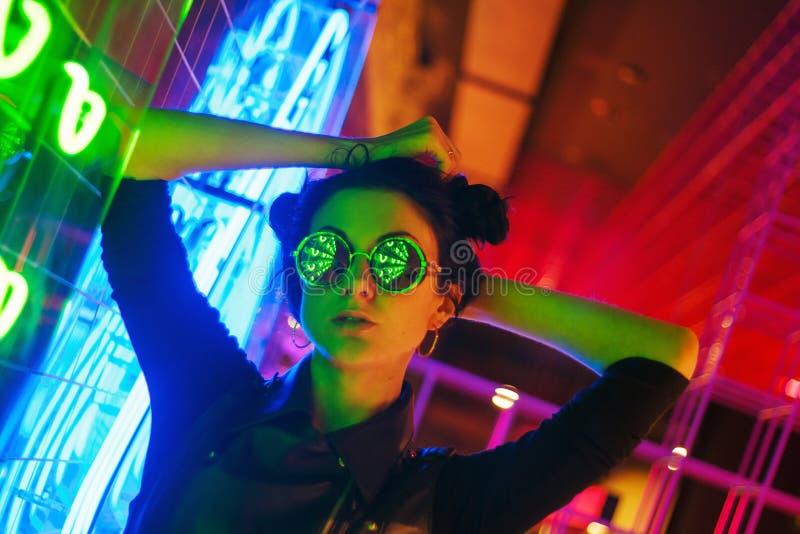 Кинематографический портрет ночи неоновых свет девушки и стоковое изображение rf