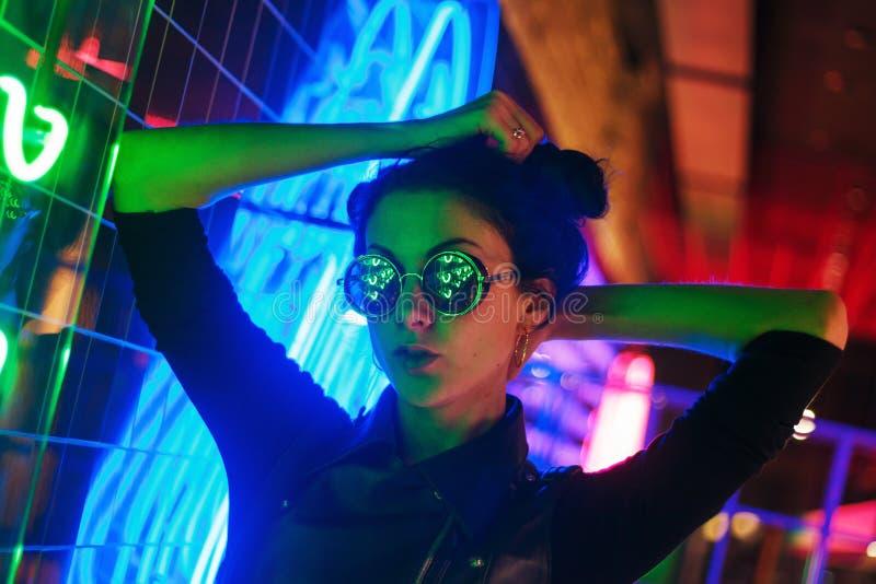 Кинематографический портрет ночи неоновых свет девушки и стоковая фотография rf