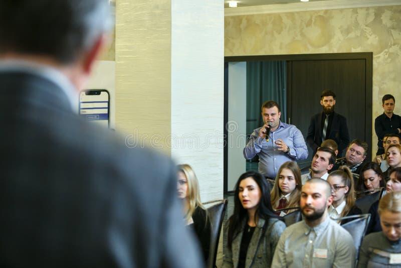 Кишинев, республика Молдавии - 17-ое февраля 2018: диктор на бизнес-конференции и представлении задний взгляд стоковые изображения