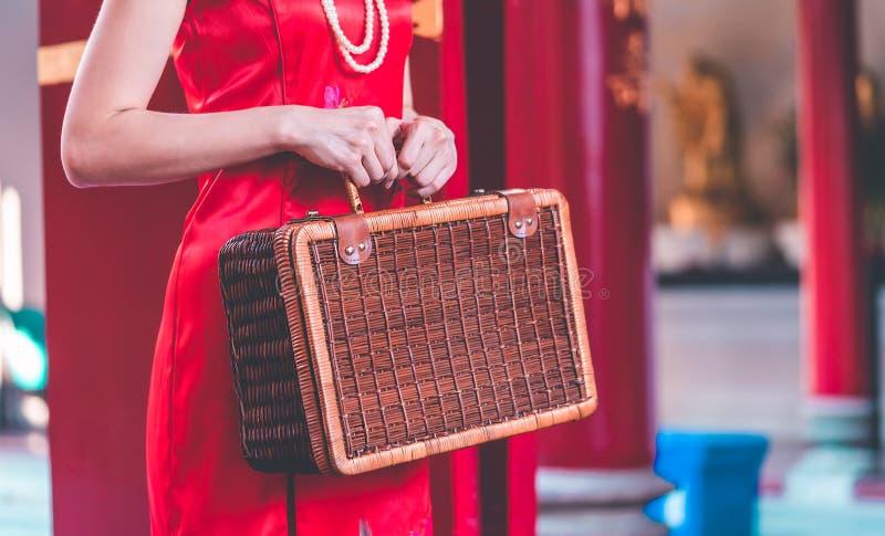 Китайская девушка с концепцией перемещения деревянного багажа винтажной азиатской стоковое изображение rf
