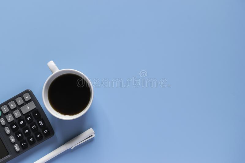 Клавиатура, тетрадь, ручка, или объект взгляда сверху для концепции канцелярские товара на голубой предпосылке стоковое фото rf