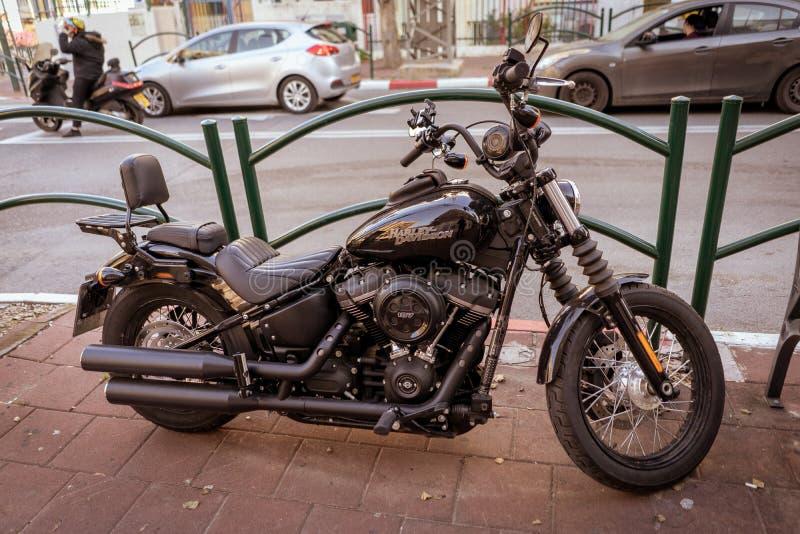 Классическое Harley на улице стоковое изображение rf